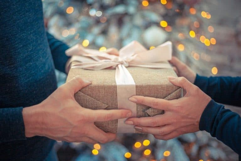 Getting Gifts From Girlfriends: 10 Simple gifts your guy is dying to receive